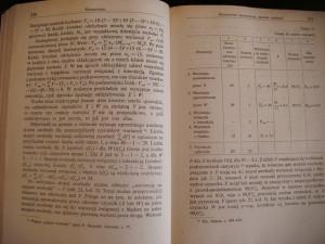 Zdjęcie książki. Ugóry prawej strony została umieszczona tabela. Tekst opływa ją wtaki sposób, żezdanie rozpoczęte nalewej stronie kontynuowane jest podtabelą.