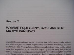 """Fotografia strony wksiążce. Wpierwszym wierszu znajduje się tekst """"Rozdział 7"""", wdrugim zaś — """"Wymiar polityczny, czyli jak silne ma być państwo"""" (złożony wersalikami)"""